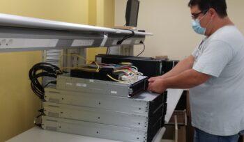 cluster informatique avec 3 serveurs et une baie de stockage